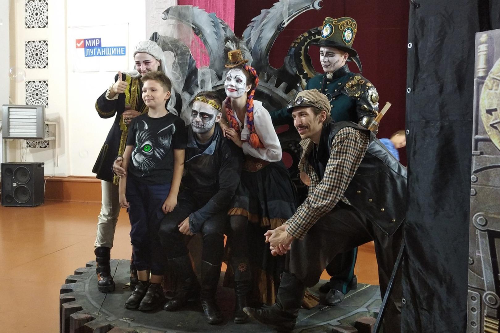Луганский русский театр показал сказку юным зрителям в прифронтовых городах Республики