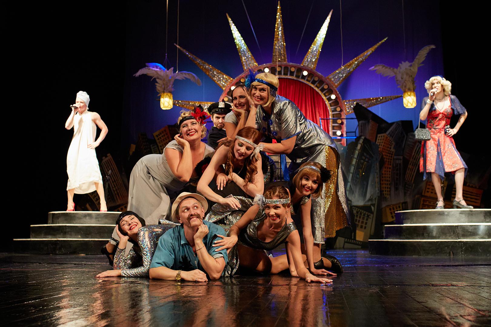 Луганский русский театр открыл сезон премьерой спектакля «Шоу должно продолжаться!»