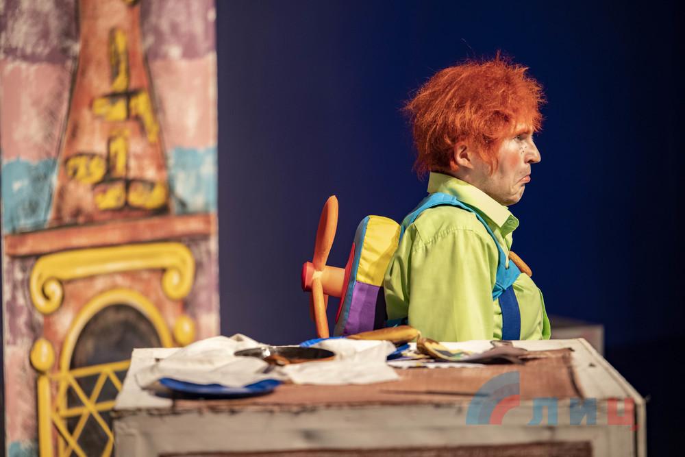 Луганский драмтеатр представил премьеру сказки «Карлсон, который живет на крыше»