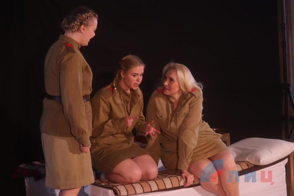 Луганский театр в рамках «Культурной среды» представил пьесу «Это, девушки, война»
