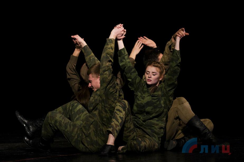"""Луганский театр представил поэтический спектакль """"Время. Выбор. Воля"""" о войне в Донбассе."""